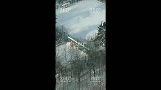 Застрявшего надереве вМоскве парашютиста сняли навидео