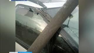 В Красноярске на машину упал фонарный столб
