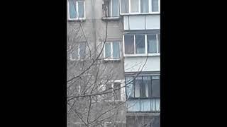 Маленькая девочка танцевала на карнизе окна на пятом этаже в Челябинске