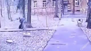 НОВОСТИ: Камера сняла жестокое избиение пенсионерки в Москве