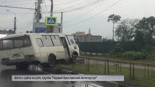 В Ярославле автобус снес ограждение и въехал в светофор