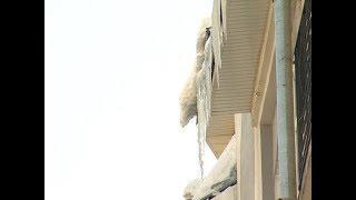 Специалисты рассказали, куда надо обращаться для ликвидации наледи на крышах домов