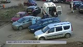 В Ярославле припаркованные автомобили перекрыли дорогу машине скорой помощи