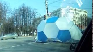 В центре Ярославля большой футбольный мяч сдуло на проезжую часть