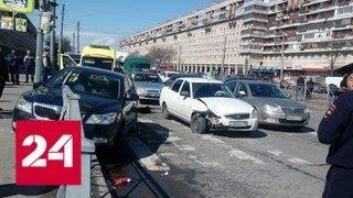 Легковушка после ДТП врезалась в группу пешеходов в Петербурге - Россия 24