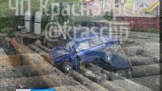 В Дудинке легковушка упала в вырытую на дороге яму