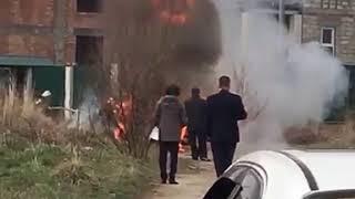 Полыхающая возле школы машина попала на видео