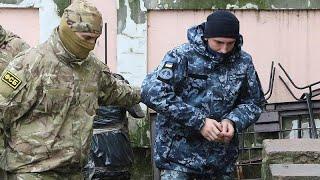 Российский суд отправляет украинских моряков под арест как преступников…