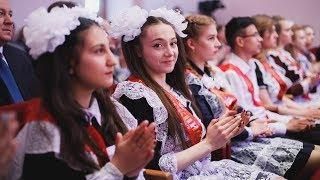Наталья Комарова поздравила первых выпускников Советского района