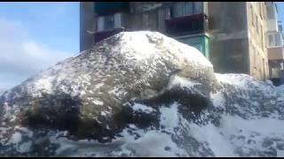 Жители Холмска требуют вывоза снега из дворов