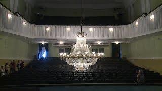 В Волгоградском музыкальном театре привели в порядок хрустальную люстру