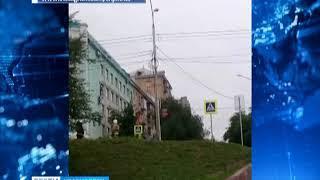В Красноярске во время дождя загорелись провода