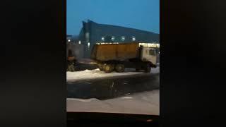 Возле дворца Ярыгина в Красноярске асфальт кладут в снег