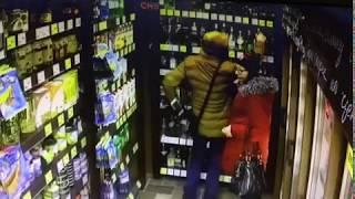 Парень с девушкой воруют в воронежском магазине