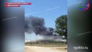 В Махачкале потушили пожар в мебельном цеху