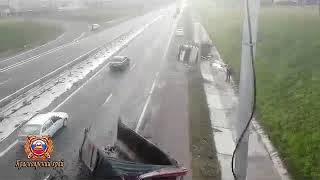 Грузовик въехал в мост по дороге к аэропорту Красноярск