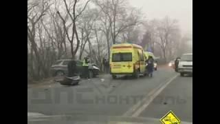Во Владивостоке автомобиль оказался на краю пропасти после ДТП