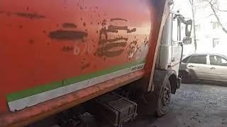В Ярославле мусоровоз провалился под асфальт