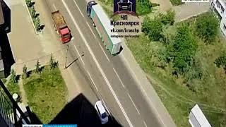 В Красноярске фура задела провода и повалила фонарный столб на проезжую часть