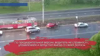 Иномарка выскочила на трамвайные пути и застряла на рельсах