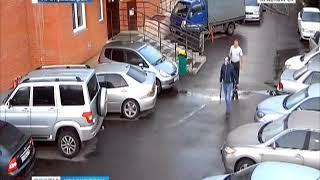 Неизвестные протаранили ворота жилого дома и устроили стрельбу во дворе