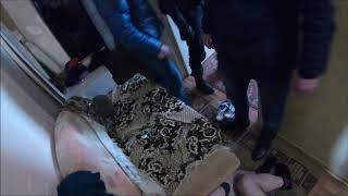 «На пол я сказал!» – на Камчатке бойцы Росгвардии штурмом взяли наркопритон