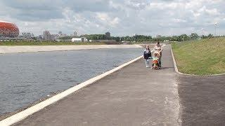 Почему коляска с ребёнком скатилась в реку: мнения горожан и представителей Саранской администрации