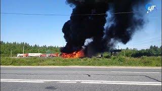 В Крестецком районе загорелась фура