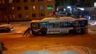 Сыктывкарцы выталкивают 54-й автобус