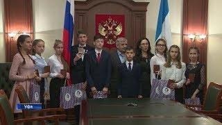 Михаил Закомалдин вручил паспорта юным жителям республики
