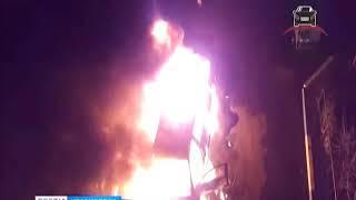 В Красноярске горящий пикап заблокировал подъезд пятиэтажки