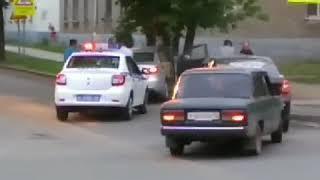 В Уфе, удиравший от погони водитель такси, врезался в дерево
