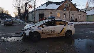 На перехресті у Житомирі автомобіль поліції зіштовхнувся з BMW, на місце ДТП приїхали три «швидкі»