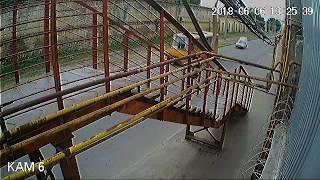 ДТП на Академика Белелюбского: из-за пешехода грузовик въехал в строение
