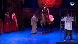 Актер спектакля «Колокол и держава» выехал на сцену на коне