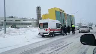 Два автомобиля столкнулись перед «Сити Моллом» в Южно-Сахалинске
