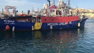 Италия призывает арестовать судно с нелегалами