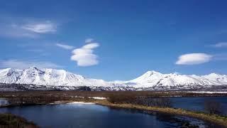 Необычные облака над камчатскими вулканами сняли на видео