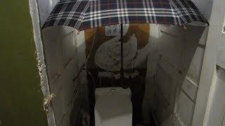 В Волгограде жители ходят в туалет с зонтиком