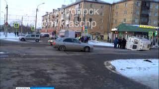 В Красноярске машина скорой помощи перевернулась набок после ДТП с иномаркой