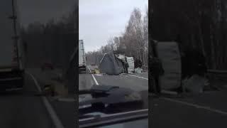 В Сети появилось видео последствий жесткого ДТП с фурой «Ленты» в Кузбассе