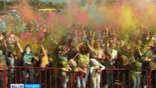 Разноцветные магаданцы на Фестивале красок
