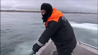 Камчатские пограничники на катере протаранили лодку аборигенов
