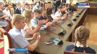 Смоленские школьники получили первые в жизни паспорта из рук губернатора