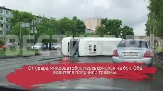 Микроавтобус перевернулся в центре Вологды: видео