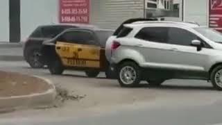В центре Будённовска загорелась машина такси