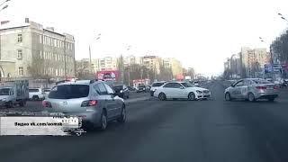 В городке Нефтяников на пустой дороге не смогли разъехаться два такси одной той же компании