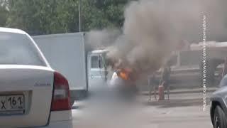 На трассе в районе Аксая рядом с заправкой загорелся автомобиль