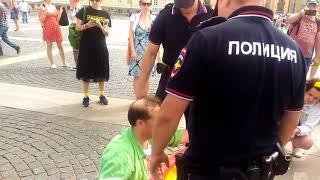 Задержания полицией участников акции ЛГБТ на прайде в Питере 04.08.2018