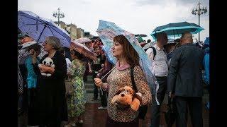 Без задержаний и под проливным дождем: как проходит «Марш матерей» в Москве. Прямое включение RTVI